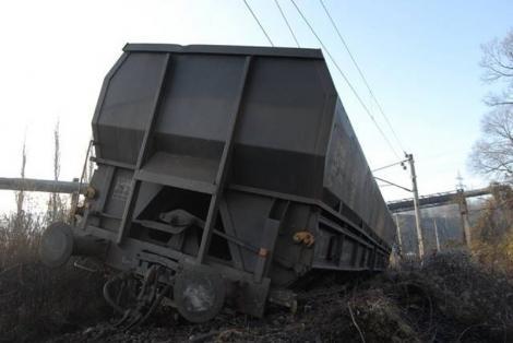 Noi probleme pentru CFR. Un vagon cu cărbune a deraiat în Mehedinți