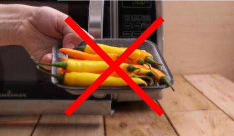 Un bărbat din Vaslui a băgat 20 de ardei iuți la cuptorul cu microunde! Vecinii, apel de urgență la 112! Ce s-a întâmplat