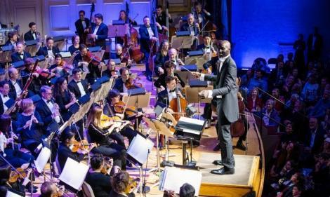 Baschetbalistul Tacko Fall (2,29 metri înălţime), dirijor la concertul de sărbători al orchestrei Boston Pops