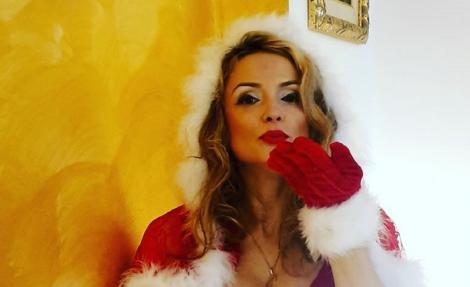 Amalia Bellantoni a încins spiritele pe internet! S-a fotografiat într-un costum sexi de Crăciuniță, ce a lăsat mult la vedere!