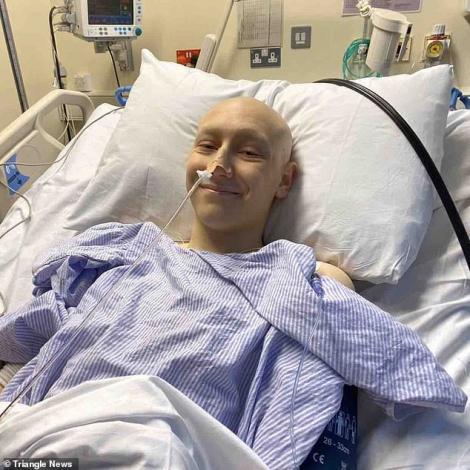 """Are doar 17 ani și zâmbește în fața morții. Lecțiile incredibile de viață pe care trebuie să le învățăm de la acest copil: """"Este un model pentru oricine"""""""
