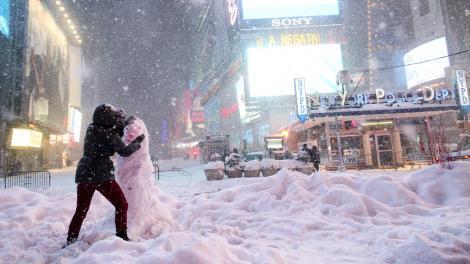 Statul New York, paralizat de viscol. A fost decretată stare de urgență: cel puțin șapte morți din cauza ninsorilor abundente
