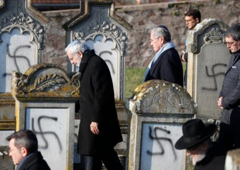 """FOTO/ Zeci de semne svastica au fost mâzgălite pe mormintele dintr-un cimitir evreiesc: """"Ura se află pe teritoriul nostru național"""""""