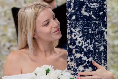 VIDEO/ Incredibil așa ceva! I-a plăcut așa mult covorul ei încât s-a căsătorit cu el! Au fost chiar și în luna de miere