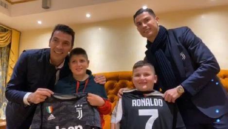 VIDEO/ Moment emoționant! Cristiano Ronaldo şi Gianluigi Buffon au vizitat doi băieței, supraviețuitori ai cutremurului din Albania