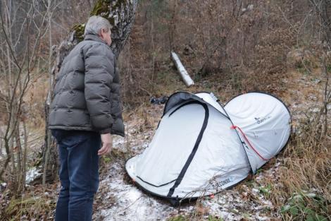 Cine este femeia care a trăit trei luni într-un cort, la marginea pădurii din Brașov. Polițiștii au reușit să o prindă pe individa misterioasă care a speriat localnicii