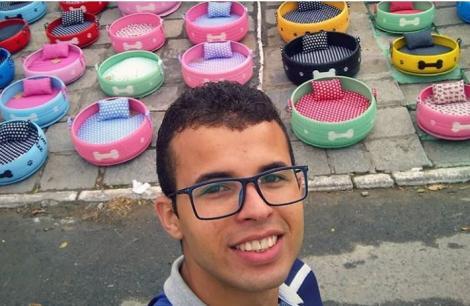 De apreciat! Un tânăr cu suflet mare își dedică timpul pentru a transforma anvelopele vechi în pătuțuri pentru animalele abandonate