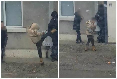 N-au avut nicio urmă de remușcare! Doi minori, filmați în timp ce loveau cu pumnii și cu picioarele un bărbat! Polițiștii, pe urmele lor!