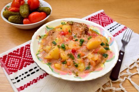 Cum se prepară cea mai gustoasă mâncare de cartofi ca la bunica. Delicioasa mâncare de cartofi cu carne de porc de la oală