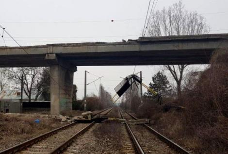 Ultima oră! O bucată de pod de pe Centura de Est a Ploieștului s-a prăbușit peste calea ferată