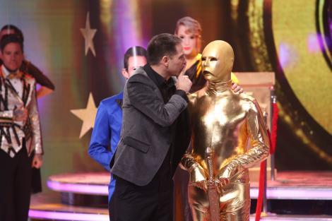 """Premiul Oscar a prins viață la """"Scena misterelor""""! Ce vedetă s-a ascuns în spatele costumului aurit"""