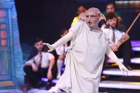 """Spiridușul Dobby a fugit din lumea Harry Potter ca să aducă magia la """"Scena misterelor""""! Cine s-a ascuns în spatele măștii?"""