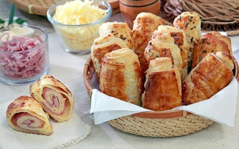 Rețetă de aperitiv rapid: Rulouri din foietaj cu șuncă și cașcaval