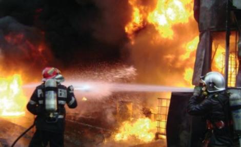 Stare de urgență în Brăila! Un depozit de anvelope și vopseluri a fost cuprins de flăcări poluând întreaga zona! Mai multe autospeciale s-au deplasat la fața locului