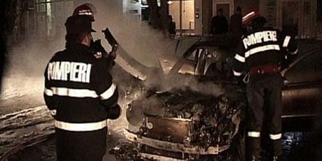 Opt mașini făcute scrum într-un incendiu izbucnit la un service auto. Proprietarii își lăsaseră autoturismele la reparat