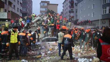 VIDEO. Tragedie în Istanbul! Un bloc de locuințe s-a prăbușit, iar autoritățile fac tot posibilul să îi salveze pe cei prinși sub dărâmături!
