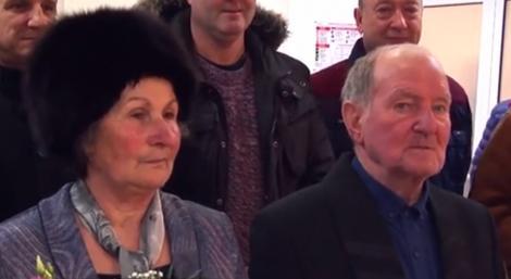 Doi români au așteptat 40 de ani ca să se căsătorească! Care este motivul