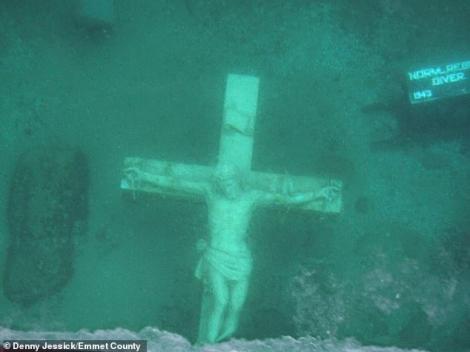 Iisus răstignit pe cruce a apărut din ape! Mii de enoriași au venit să vadă minunea!