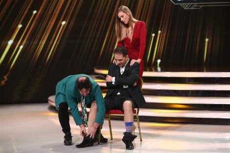 """Romică Țociu i-a tăiat pantalonii lui Dan Negru, cu foarfeca! """"Ești demodat, Dane!"""""""
