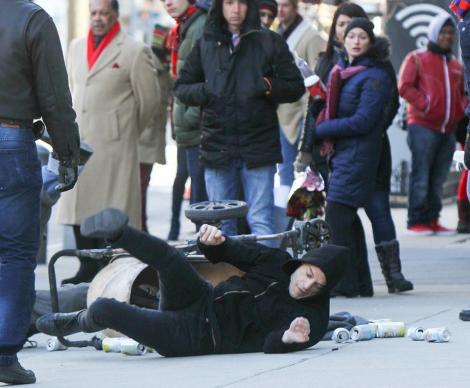 Rami Malek, fotografiat în timp ce era fugărit pe stradă! Actorul s-a lovit de un nevoiaș și a căzut – Foto