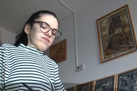 Suferă de o boală neurologică gravă, dar desenează dumnezeiește. Tânăra din Mureș care transformă cărbunele în artă!