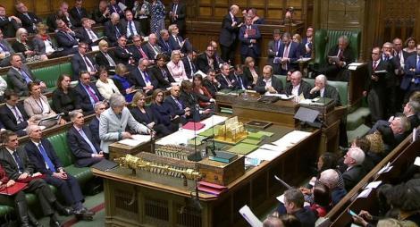 """Deputaţii britanici caută un """"plan B"""" după ce au preluat controlul asupra Brexitului, o înfrângere istorică a premierului Theresa May"""