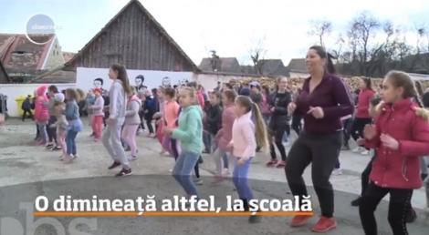 Se întâmplă în România! Școala unde copiii încep orele de curs cu dans şi muzică. Timp de trei minute, elevii dansează zumba alături de profesori