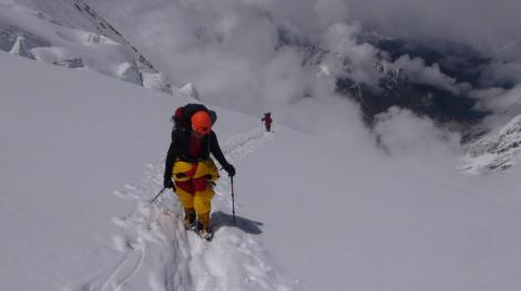 Alpinistul Horia Colibăşanu pleacă spre Himalaya, într-o nouă expediţie; vrea să deschidă o rută nouă pe Dhaulagiri (8.167 de metri), fără oxigen şi fără şerpaşi