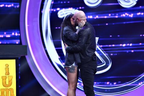 """Momente incendiare pe scena iUmor! Mihai Bendeac nu a mai rezistat și a sărutat-o pasional pe Roxana Vancea: """"Îmi tremură mâinile"""""""