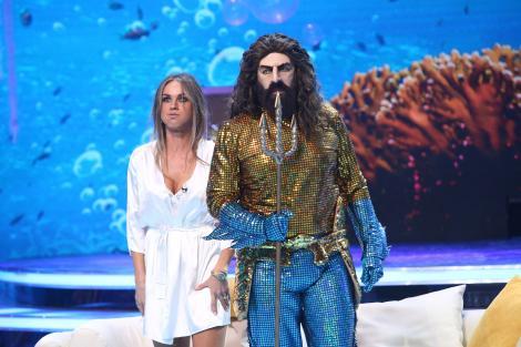 """Aquaman a venit la """"Scena misterelor""""și  și-a prins soția cu...amantul! Ghiceai vedeta din spatele măștii?"""