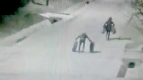 Video. Cascadorii râsului la Constanța! Doi hoți de cauciucuri auto au fost filmați când se chinuiau să fugă cu anvelopele