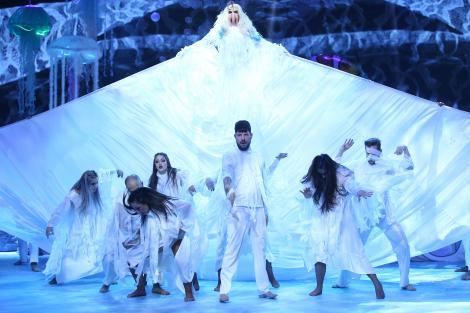 Spectacol la înălțime! Lady Gaga și-a dat masca jos și surpriza a fost mare! Andrei, tu ești?!