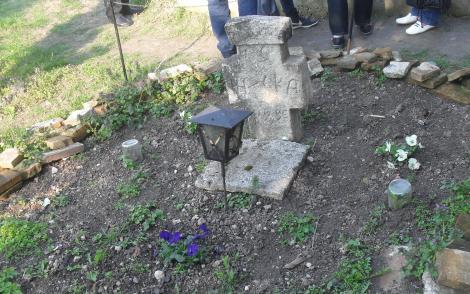 Ei sunt eroii români făr' de mormânt. Decebal, Vlad Țepeș, Vladimirescu, Mihalache. Lor cine le aprinde o lumânare?