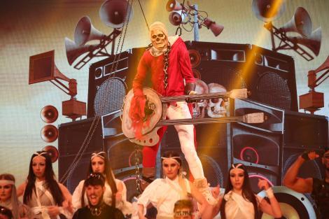 """Show rock cu chitara în flăcări! Scheletul chitarist a făcut spectacol incendiar la """"Scena misterelor"""""""