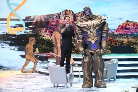 """Apariție de senzație la """"Scena misterelor""""! Dan Negru s-a urcat pe scaun ca să poată vorbi cu mega robotul Thanos!"""