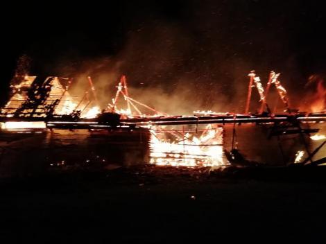 Video. O gospodărie a fost înghițită de flăcări în toiul nopții! Pompierii au fost îngroziți de ce au văzut