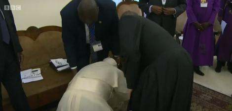 Papa Francisc, la picioarele Sudanului de Sud! A îngenunchiat și a sărutat picioarele liderilor de război, îndemnându-i să mențină pacea