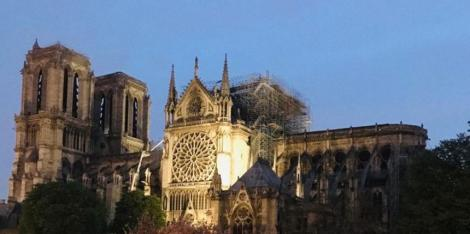 """Odată """"pericolul focului, îndepărtat"""" la Notre-Dame, există """"întrebări despre cum va rezista structura"""" catedralei"""