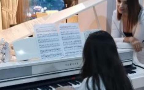 Video. Andreea Marin, într-o ipostază extrem de emoționată împreună cu fiica sa! Ascultă cât de frumos poate cânta Violeta la pian