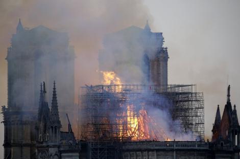 """Creștinii, în stare de șoc! Ce a apărut în flăcările ce au cuprins Catedrala Notre Dame din Paris! """"Oameni buni..."""""""