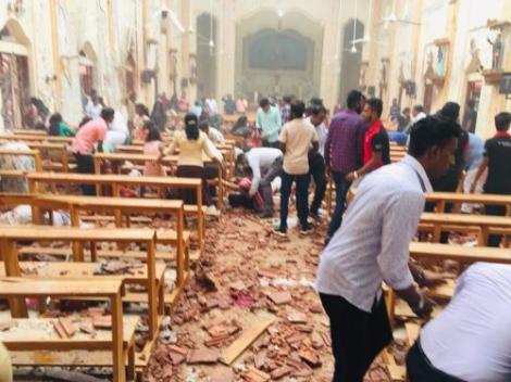 Atentate cu bombă în trei Biserici din Sri Lanka. Filmul evenimentelor cu cel puțin 100 de morți. Oamenii participau la slujba de Paște