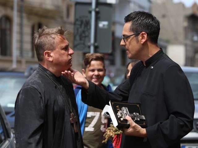 """Operațiunea Aghiazma. Orlando și Ducu, deghizați în preoți falși, păcălesc bătrâne cu frică de Dumnezeu: """"Au raționalizat apa sfințită!"""""""