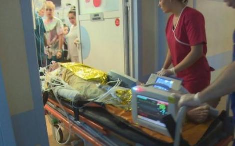 Poți să crezi așa ceva? Un bărbat cu arsuri foarte grave a așteptat ore în șir pentru a i se găsi un loc în spital