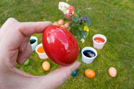De ce nu e bine să vopsești ouăle în Vinerea Mare