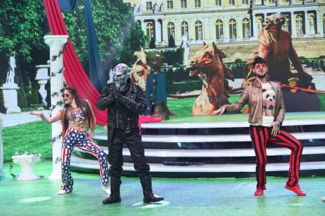 """Show senzațional la """"Scena misterelor""""! Roboface a adus mișcările lui Mick Jagger în platoul emisiunii! A purtat o mască incredibilă - Video"""