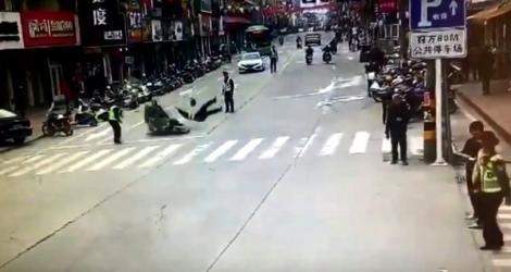 Un polițist, lovit de o motocicletă, în timp ce dirija circulația! Atenție, imagini șocante – Video