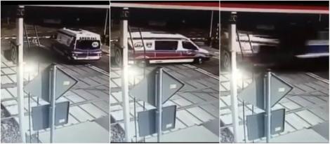 Ambulanță spulberată de tren, după o greșeală a șoferului. Cei doi medici au murit pe loc. Imagini șocante!
