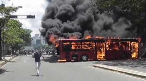 Începe războiul civil! Scene de groază: sute de răniți, mașini incendiate și militari ieșiți în stradă