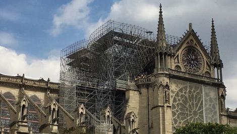 Scriitorul britanic Ken Follett va publica pe 13 iunie un text inedit despre catedrala Notre-Dame