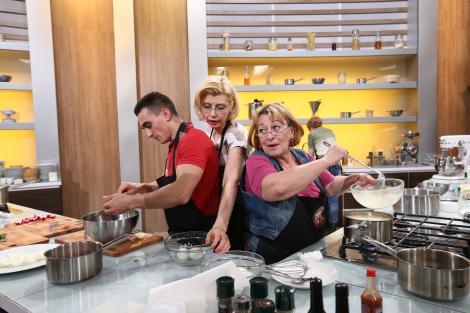 """Marian Drăgulescu gătește cu mama, soacra și soția: """"La noi, fiecare face ce poate!"""""""